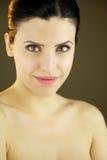 Mujer hermosa sonriente con los ojos verdes Imagenes de archivo