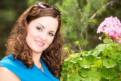 Mujer hermosa sonriente de los jóvenes con el retrato al aire libre del pelo largo fotografía de archivo libre de regalías