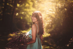 Mujer hermosa sonriente en luz del día del sol Foto de archivo libre de regalías