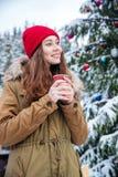 Mujer hermosa sonriente que bebe el café caliente al aire libre imagen de archivo libre de regalías
