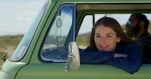 Mujer hermosa sonriente que mira a trav?s de van window 4k almacen de video
