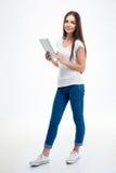 Mujer hermosa sonriente que sostiene la tableta Imagen de archivo libre de regalías