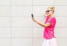 Mujer hermosa sonriente que toma el selfie Imagen de archivo libre de regalías
