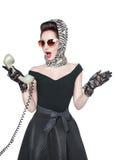 Mujer hermosa sorprendida en estilo del perno-para arriba con el teléfono retro i imagen de archivo
