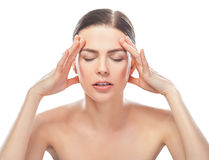 Mujer hermosa subrayada que tiene dolor de cabeza imagen de archivo