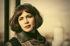 Mujer hermosa triste de la moda en la calle de la ciudad Fotografía de archivo