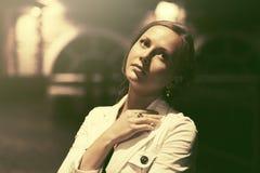 Mujer hermosa triste de la moda en la calle de la ciudad de la noche Foto de archivo