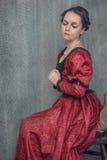 Mujer hermosa triste en vestido medieval imagenes de archivo