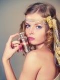 Mujer hermosa y atractiva con la botella de perfume Imagen de archivo libre de regalías