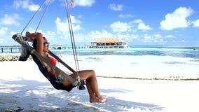Mujer hermosa y atractiva que descansa en Maldivas