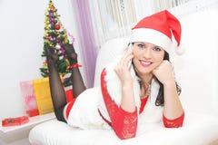 Mujer hermosa y atractiva que lleva el traje de Papá Noel Fotografía de archivo libre de regalías
