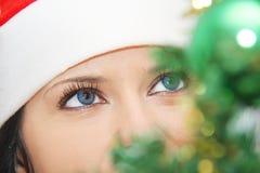 Mujer hermosa y atractiva que lleva el traje de Papá Noel Imágenes de archivo libres de regalías