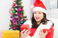 Mujer hermosa y atractiva que lleva el traje de Papá Noel Imagen de archivo
