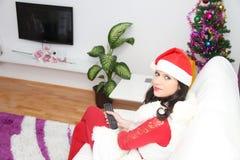 Mujer hermosa y atractiva que lleva el traje de Papá Noel Foto de archivo