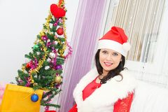 Mujer hermosa y atractiva que lleva el traje de Papá Noel Foto de archivo libre de regalías