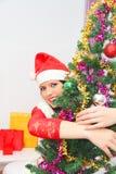 Mujer hermosa y atractiva que lleva el traje de Papá Noel Fotos de archivo