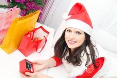 Mujer hermosa y atractiva que lleva el traje de Papá Noel Fotos de archivo libres de regalías