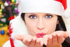 Mujer hermosa y atractiva que lleva el traje de Papá Noel Imagen de archivo libre de regalías