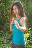 Mujer hermosa y dura en postura de los artes marciales Imagen de archivo