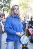 Mujer hermosa y elegante en suéter agradable azul y el bolso azul que presentan durante la semana de la moda de Londres Eudon Cho Imágenes de archivo libres de regalías