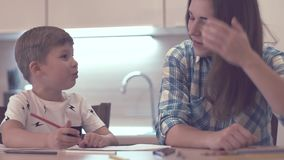 Mujer hermosa y Little Boy en la cocina metrajes