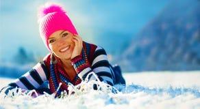 Mujer hermosa y paisaje del invierno Retrato delantero Copie el espacio Imagenes de archivo