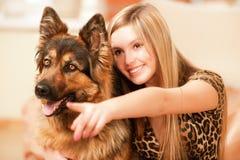 Mujer hermosa y su perro pastor Imagen de archivo libre de regalías