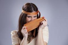Mujer hidding detrás de una corbata Foto de archivo libre de regalías