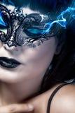 Mujer hierática y hermosa con la máscara veneciana, comi azul del humo fotos de archivo