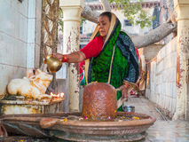 Mujer hindú que adora Shiva Imagen de archivo libre de regalías