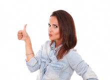 Mujer hispánica atractiva con el pulgar para arriba Foto de archivo libre de regalías