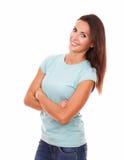Mujer hispánica atractiva con los brazos cruzados Imágenes de archivo libres de regalías