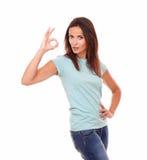 Mujer hispánica atractiva con los grandes fingeres del trabajo para arriba Imagen de archivo libre de regalías