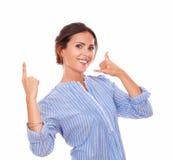 Mujer hispánica con gesto de la llamada que destaca Fotografía de archivo libre de regalías