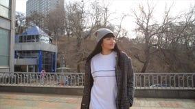 Mujer hispánica de la moda de Latina que camina en una calle en la ciudad almacen de video
