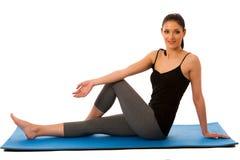 Mujer hispánica del ajuste hermoso que hace estirando el ejercicio aislado Fotografía de archivo
