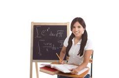 Mujer hispánica del estudiante universitario que estudia el examen de la matemáticas Foto de archivo