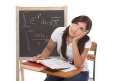 Mujer hispánica del estudiante universitario que estudia el examen de la matemáticas Imagen de archivo libre de regalías