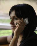 Mujer hispánica en el teléfono celular Imágenes de archivo libres de regalías