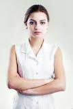 Mujer hispánica en la blusa blanca Fotografía de archivo