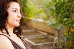 Mujer hispánica en pensamiento profundo afuera en naturaleza Imágenes de archivo libres de regalías