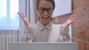 Mujer hispánica enojada que grita ruidosamente en oficina almacen de metraje de vídeo