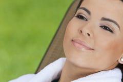 Mujer hispánica hermosa en la albornoz blanca en el balneario Imagenes de archivo