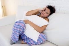 Mujer hispánica hermosa en la expresión dolorosa que sostiene el vientre que sufre dolor del período menstrual Fotografía de archivo