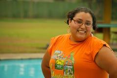 Mujer hispánica hermosa por la piscina Imagenes de archivo