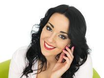 Mujer hispánica joven atractiva pensativa contenta relajada feliz Fotos de archivo