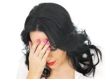 Mujer hispánica joven desgraciada deprimida emocional triste Imagen de archivo