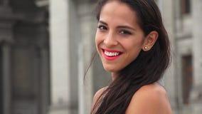 Mujer hispánica joven feliz metrajes