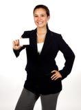 Mujer hispánica joven que sostiene una tarjeta de visita en blanco Fotos de archivo