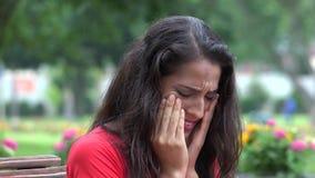 Mujer hispánica joven subrayada triste almacen de video